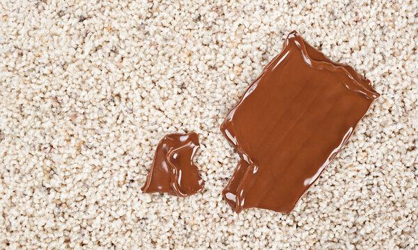 Λεκές από σοκολάτα στο χαλί; Δείτε πώς θα τον αφαιρέσετε εύκολα &γρήγορα (vid)