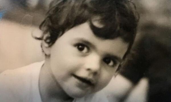 Αποκλείεται να μαντέψεις ποια Ελληνίδα ηθοποιός είναι το κοριτσάκι της φωτογραφίας