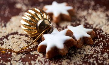 Χριστουγεννιάτικα μπισκότα κανέλας, χωρίς γλουτένη - Δείτε πώς θα τα φτιάξετε βήμα- βήμα (vid)