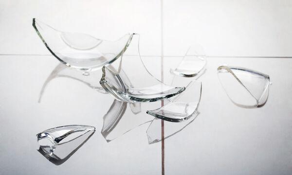Τέσσερις τρόποι για να καθαρίσεις τα σπασμένα γυαλιά από το πάτωμα στο πι και φι