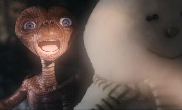Ο E.T. επιστρέφει 37 χρόνια μετά την πρώτη προβολή της ταινίας με αφορμή τα Χριστούγεννα (vid)