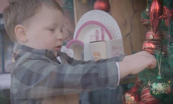 Δείτε τη χριστουγεννιάτικη διαφήμιση που έγινε viral λόγω του μόλις 2 ετών πρωταγωνιστή της (vid)
