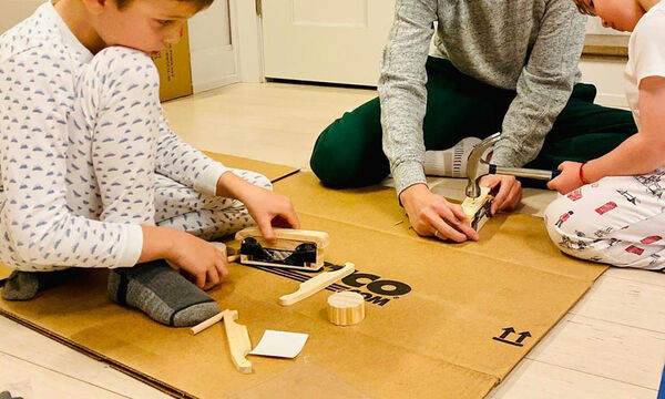 Είναι πάμπλουτη μαμά  κι όμως παίζει στο χαρτόνι με τα παιδιά της (pics)