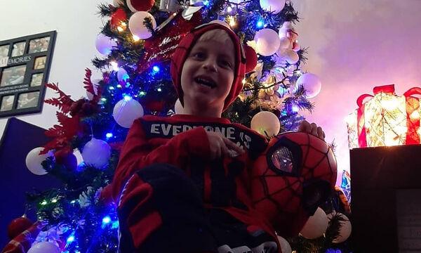 Γιος πασίγνωστου τραγουδιστή στόλισε το χριστουγεννιάτικο δέντρο ντυμένος Spiderman (pics)