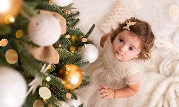 Παιδιά φωτογραφίζονται δίπλα στο χριστουγεννιάτικο δέντρο φορώντας τα καλά τους (pics)