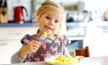 Πέντε τροφές που πρέπει να σταματήσετε να δίνετε στο νήπιο