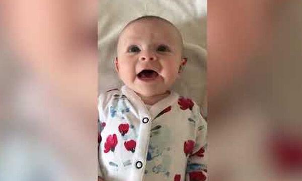 Είναι μόλις 4 μηνών και ακούει για πρώτη φορά τη φωνή της μαμάς του - Το βίντεο που έγινε viral