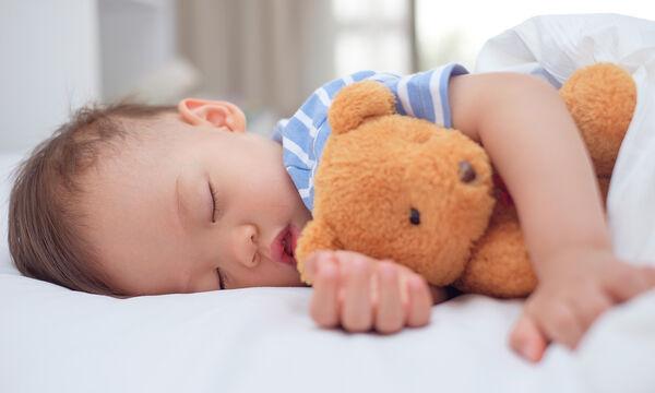 Τι είναι η μελατονίνη και πώς επηρεάζει τον ύπνο του παιδιού; (vid)