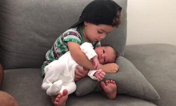 Παίρνει για πρώτη φορά αγκαλιά τον αδελφό του και δείτε τι κάνει (vid)