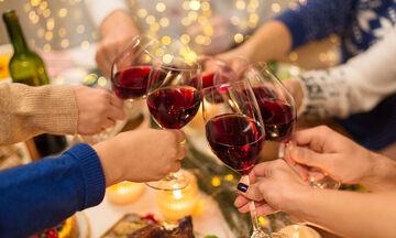 Πώς να αφαιρέσετε το κόκκινο κρασί και το κερί από τραπεζομάντηλα και χαλιά τις γιορτές (vid)