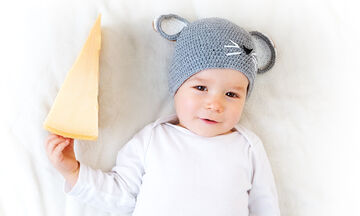 Πότε το μωρό μπορεί να φάει τυρί; (vid)