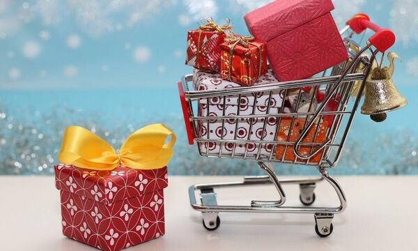 ΟΠΕΚΑ: «Βρέχει» χρήματα πριν τα Χριστούγεννα - Πότε πληρώνονται τα επιδόματα