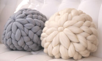 Φτιάξτε πλεκτά μαξιλάρια για τον καναπέ σας σε λιγότερο από 15 λεπτά (vid)