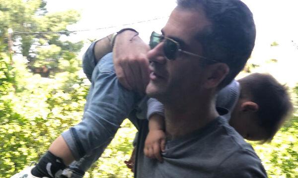 Κώστας Μπακογιάννης: Δείτε τον με τον γιο του στη στολισμένη πλατεία Συντάγματος (pics & vid)