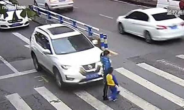 Πιτσιρικάς τα βάζει με οδηγό που πάτησε με το αυτοκίνητο τη μητέρα του- Δείτε το viral βίντεο (vid)