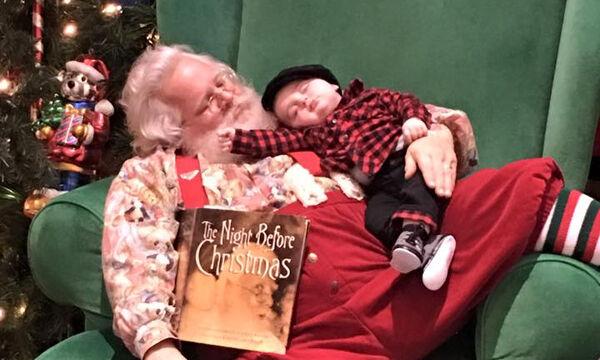 Μωράκι κοιμάται στην αγκαλιά του Άι Βασίλη και είναι ό,τι πιο αξιολάτρευτο έχουμε δει σήμερα (pics)