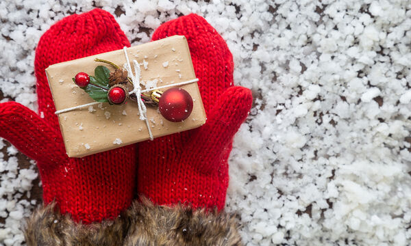Πώς θα τυλίξετε ένα δώρο μέσα σε 15 δευτερόλεπτα (vid)