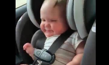 Δείτε πώς χορεύει η μικρούλα ακούγοντας το αγαπημένο της τραγούδι - Θα πάθετε πλάκα (vid)