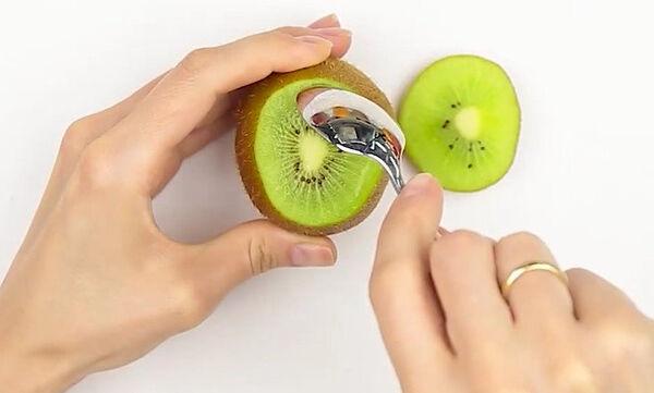 Πώς θα καθαρίσετε τα φρούτα σωστά; Δείτε το βίντεο που θα σας αλλάξει τη ζωή (vid)