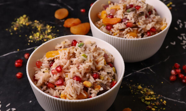 Εύκολο αρωματικό ρύζι με δαμάσκηνα και ρόδι