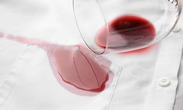 Έτσι θα αφαιρέσετε τον λεκέ από κόκκινο κρασί εύκολα και γρήγορα (vid)