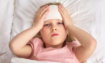Το μπάνιο βοηθάει να πέσει ο πυρετός του παιδιού; (vid)