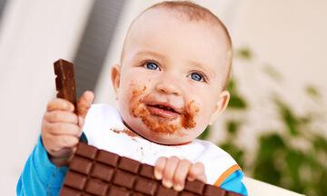 Πότε κάνει τα μωρά να φάνε σοκολάτα και ποια είναι τα οφέλη από την κατανάλωσή της;