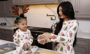 Kylie Jenner: Δείτε την να φτιάχνει χριστουγεννιάτικα μπισκότα με την Stormi (vid)