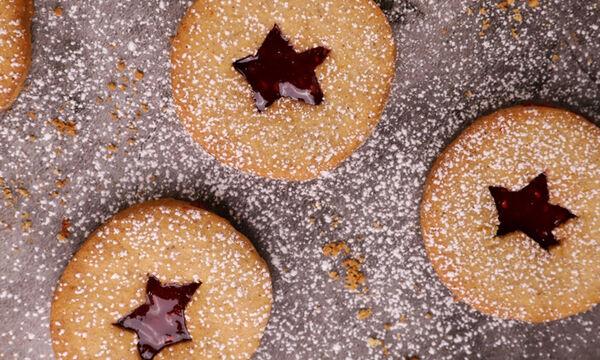Συνταγή για μπισκότα με μαρμελάδα βατόμουρο - Θα τα λατρέψει κάθε παιδί