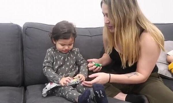 Δείτε την αντίδραση της μικρής όταν πήρε για χριστουγεννιάτικο δώρο μία μπανάνα! (vid)