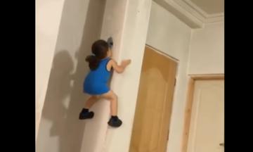 Αυτό το κοριτσάκι το έχει βάλει σκοπό να σκαρφαλώσει όσο πιο ψηλά μπορεί (vid)