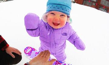 Μωράκια ανακαλύπτουν το χιόνι και μας χαρίζουν απίστευτες στιγμές γέλιου (vid)