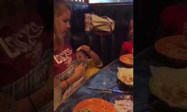 Το πιο όμορφο βίντεο που έχετε δει! Θηλάζει το μωρό της και ταυτόχρονα εκείνο την ταΐζει (vid)