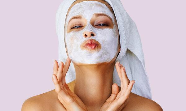 Μία αποτελεσματική και εύκολη σπιτική μάσκα πήλινγκ για το πρόσωπο