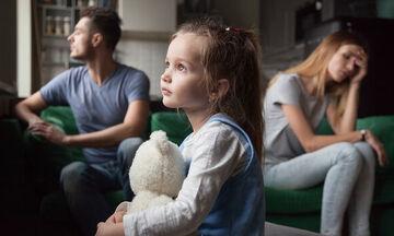 Πώς μπορεί να επικοινωνεί ο χωρισμένος γονιός με το ανήλικο παιδί του; Τι προβλέπει ο νόμος