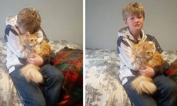 Παίρνει αγκαλιά τη γάτα του και ξεσπά σε κλάματα - Δείτε ποιος ήταν ο λόγος (vid)