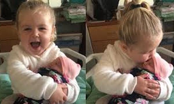 Τρίχρονη συναντά τη νεογέννητη αδελφή της για πρώτη φορά και το διαδίκτυο λιώνει (vid)
