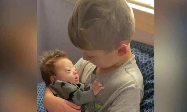 Αγοράκι τραγουδάει στο μωρό αδερφάκι του που έχει σύνδρομο Down και γίνεται viral (vid)