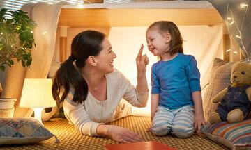 Πέντε απολαυστικά παιχνίδια που μπορείτε να παίξετε με τα παιδιά σας μέσα στο σπίτι (vid)