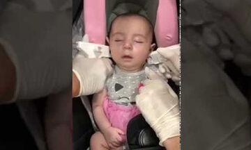 Μωράκι κοιμάται του καλού καιρού ενώ του τρυπάνε τα αυτιά - Δείτε πώς αντέδρασε στη συνέχεια (vid)