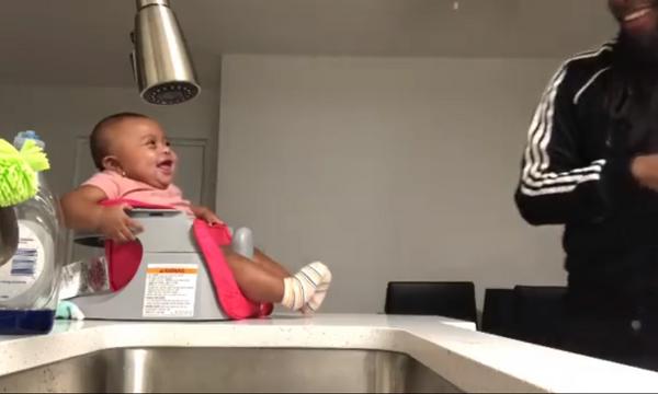 Ούτε που φαντάζεστε τι κάνει ο μπαμπάς και ξεκαρδίζεται η 6 μηνών κορούλα του στα γέλια (vid)