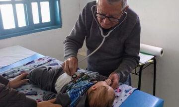 Απλά υπέροχο! Παιδίατρος 92 ετών εξετάζει δωρεάν φτωχά παιδιά (pics)