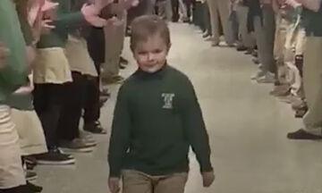 Εξάχρονος νίκησε τον καρκίνο & επέστρεψε στο σχολείο-Ο τρόπος που τον υποδέχτηκαν, συγκινεί (vid)