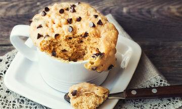 Συνταγή για τεμπέλες: Κέικ στην κούπα χωρίς αβγό έτοιμο σε μόλις 1,5 λεπτό (vid)