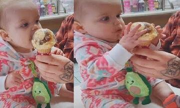 Μωράκι δοκιμάζει παγωτό για πρώτη φορά και γίνεται viral - Δείτε γιατί (vid)