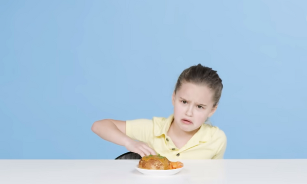 Παιδιά δοκιμάζουν φαγητό του δρόμου από διάφορες χώρες - Δείτε τις αντιδράσεις τους (vid)