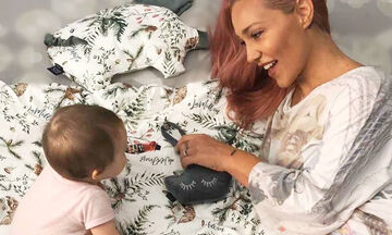 Πηνελόπη Αναστασοπούλου: Φωτογραφίζεται θηλάζοντας την 14 μηνών κόρη της (pics)
