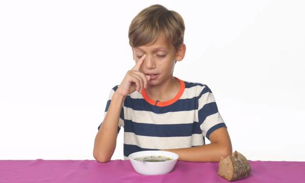 Παιδιά δοκιμάζουν γνωστά φαγητά από παιδικές ταινίες - Δείτε τις αντιδράσεις τους (vid)