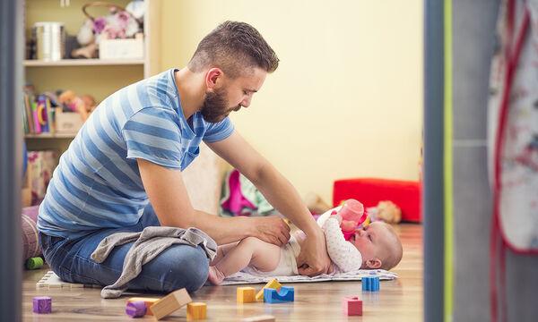 Συμβουλές για μπαμπάδες: Πώς να αλλάξετε την πάνα στην νεογέννητη κορούλα σας