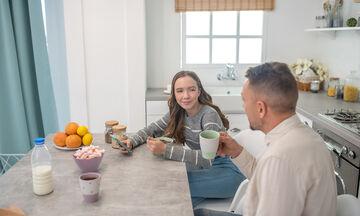 Τι δυσκολεύεται ένας μπαμπάς να συζητήσει με τις κόρες του…